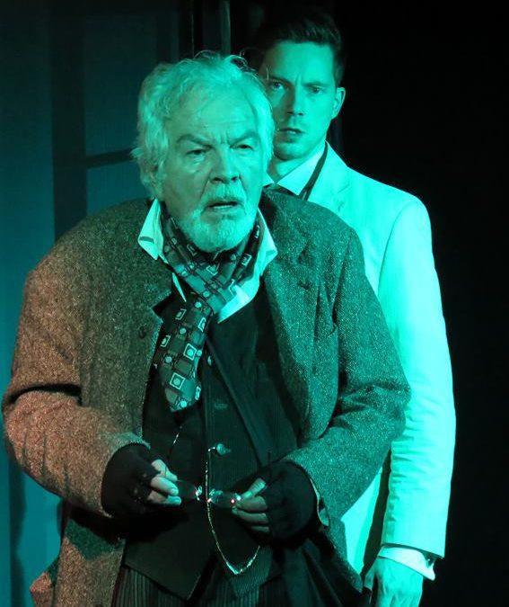 Kris steht mit Percy Stuart auf der Bühne
